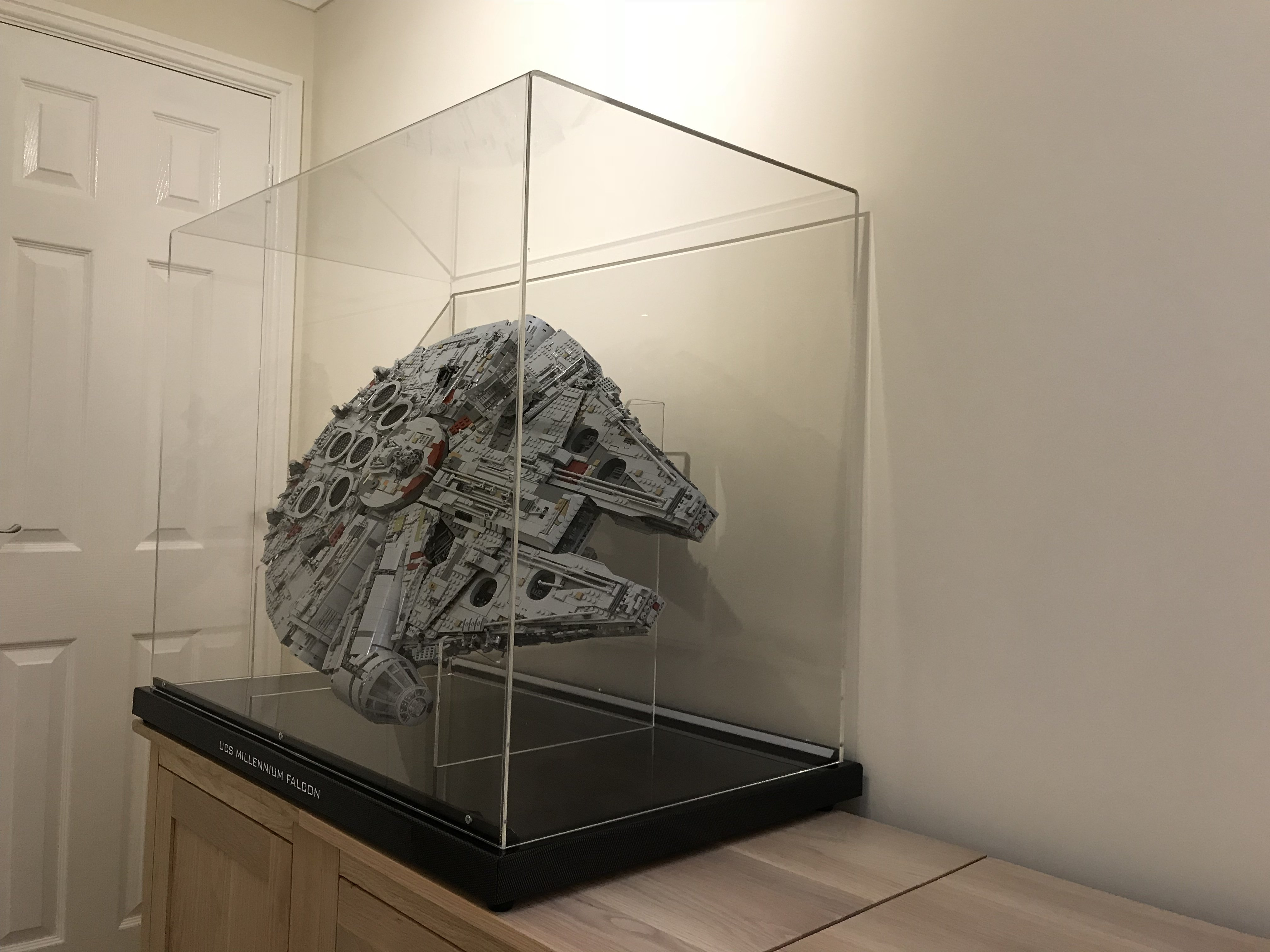 75192 ucs millennium falcon display ideas stands for Table basse vitrine