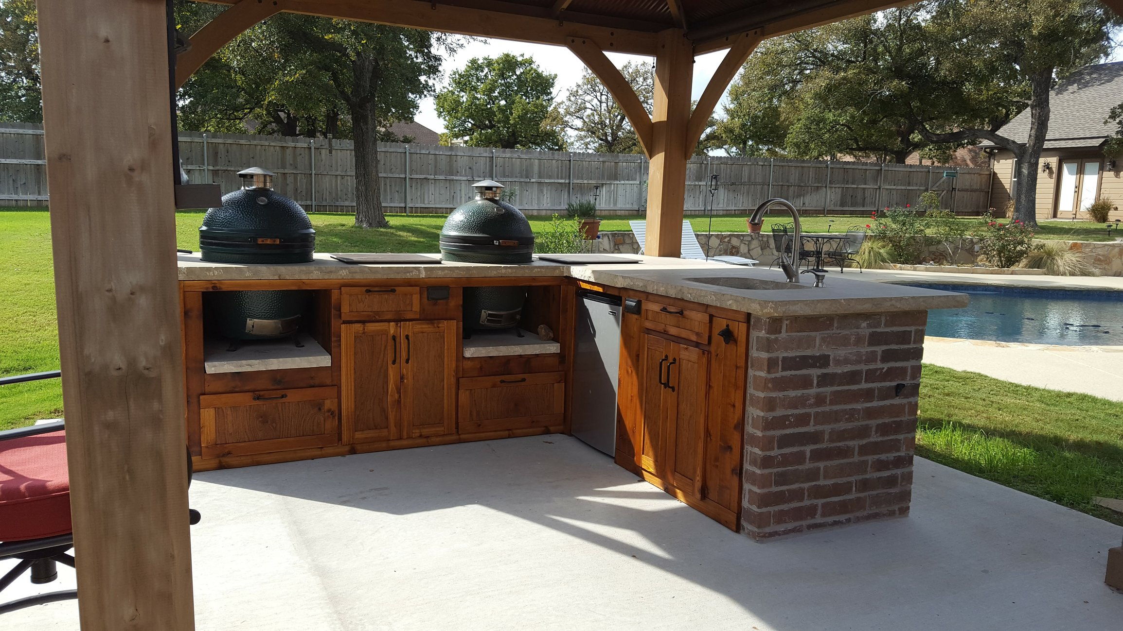 Outdoor kitchen done with pictures big green egg for Great outdoor kitchen ideas
