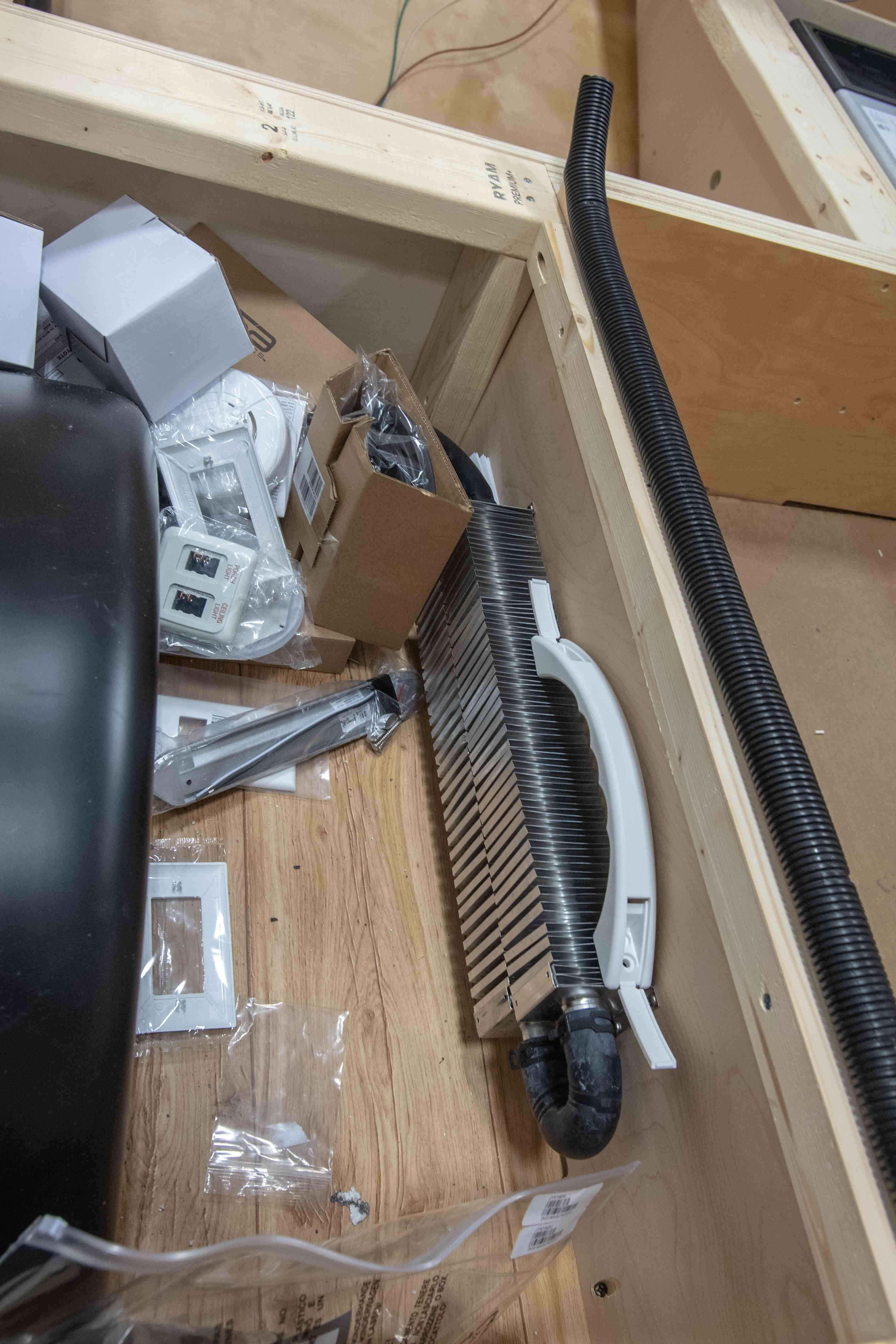 Photos de T@B 320 d'usine montrant les emplacements des objets avant qu'ils ne soient cachés dans les murs Tgwu5867z0om