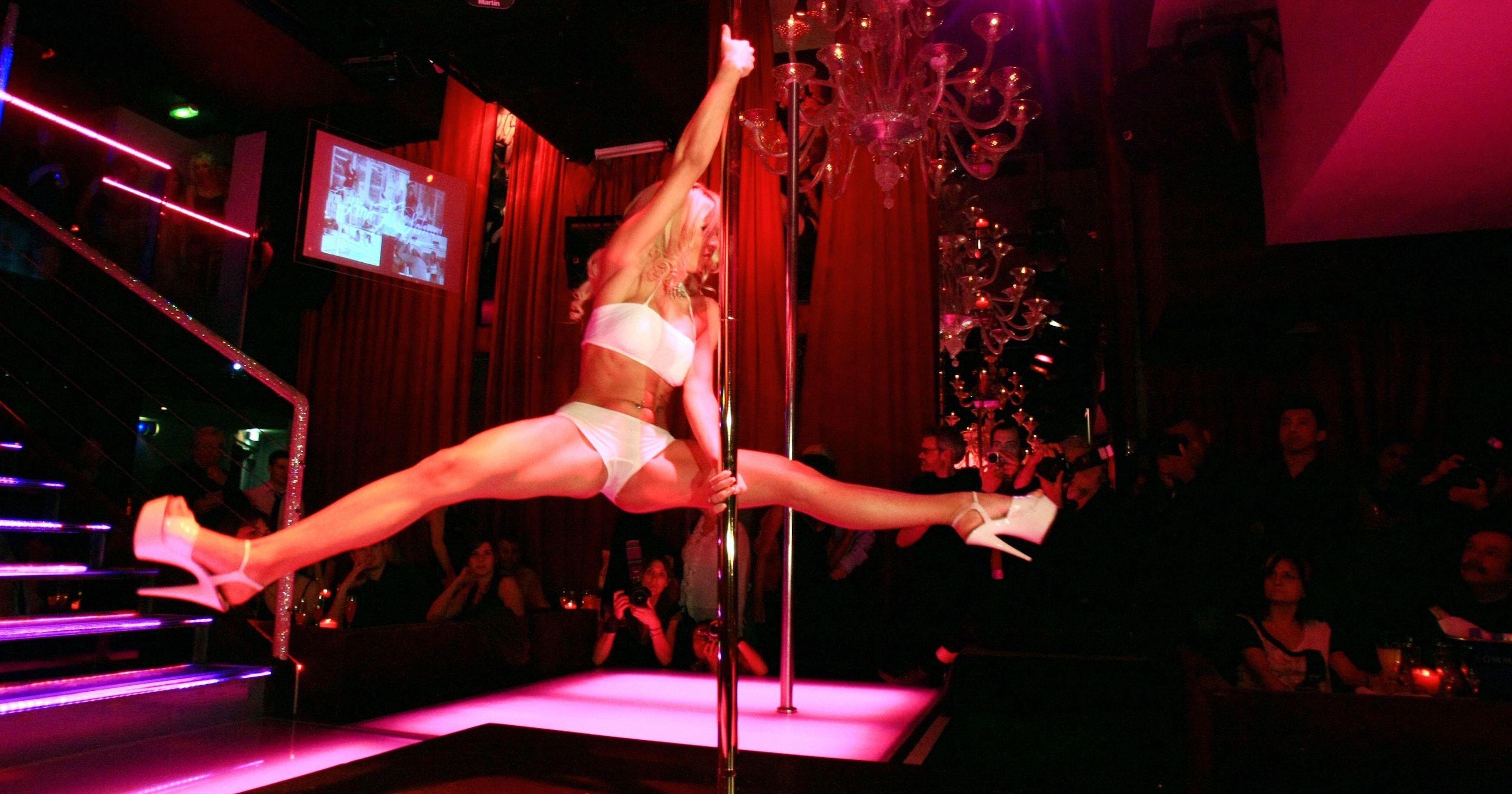 nastoyashiy-striptiz-bar-parney-i-devushek-video-krovati-rakom-luchshee