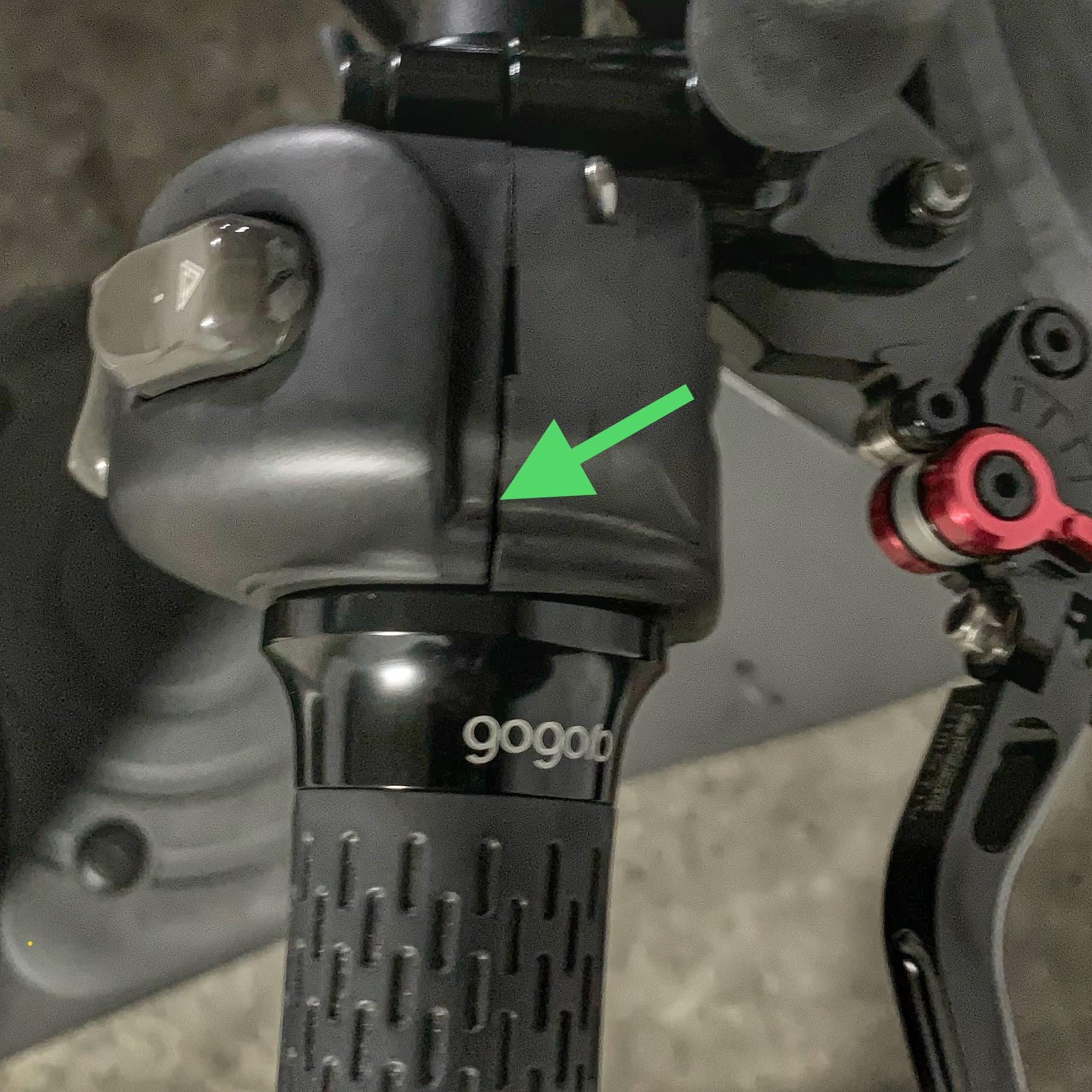 從手把右側看,箭頭指的是按鈕基座特別分開處