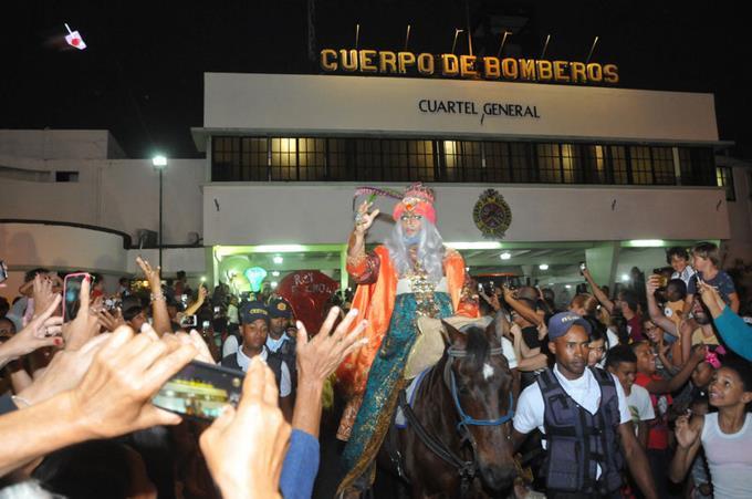 cientos-acompanan-a-los-reyes-magos-durante-desfile.jpg