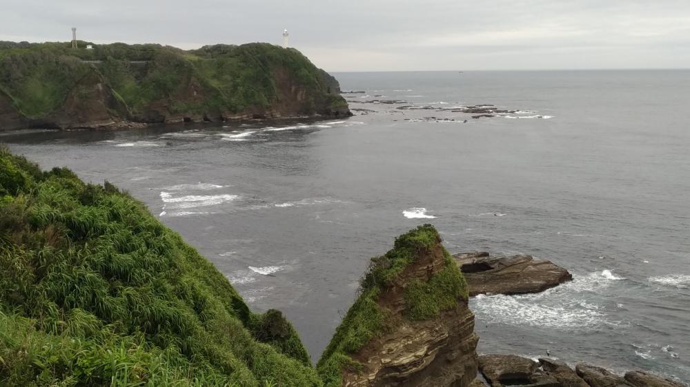 岸壁と灯台の写真
